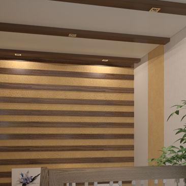 Декоративное оформление стены на лестнице в дизайне интерьера холла коттеджа.