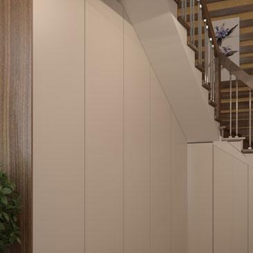 Шкаф под лестницей в дизайне интерьера холла в коттедже.