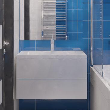 Бело-синяя ванная с белым потолком - фото.