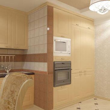 """Бежевая классическая кухонная стенка с тёмно-коричневой столешницей и фартуком с плиткой 20 на 20. Дизайн кухни в Классике в оттенках """"топлёное молоко"""". Как оформить кухню в классическом стиле - фото идеи с пояснениями, советы дизайнеров. Модные дизайны кухонь. Стильные кухни."""